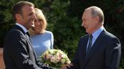 法国总统马克龙夫人为见俄总统摘绷带 普京为其送上玫瑰花