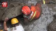 救人!工人坠井后身陷淤泥仅露头部呼吸 消防决定徒手刨人