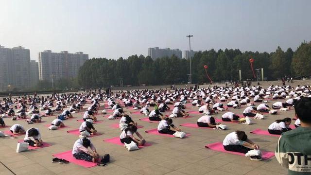 周口:千名女职工参加瑜伽表演