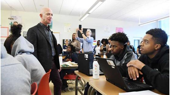 世界首富造访美国高中被冷落 学生:这个秃子是谁?