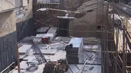 """山西太原:星河湾小区居民楼下私挖""""巨坑"""""""