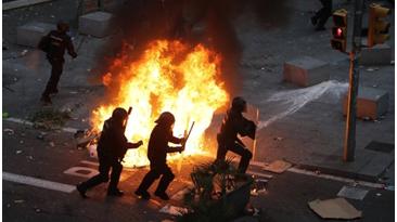 西班牙加泰罗尼亚爆发5日来最大规模抗议活动 警方强势清场