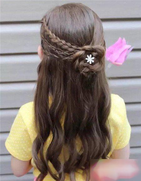 公主半编发花朵发型,披散着的中长卷发小巧可爱.图片