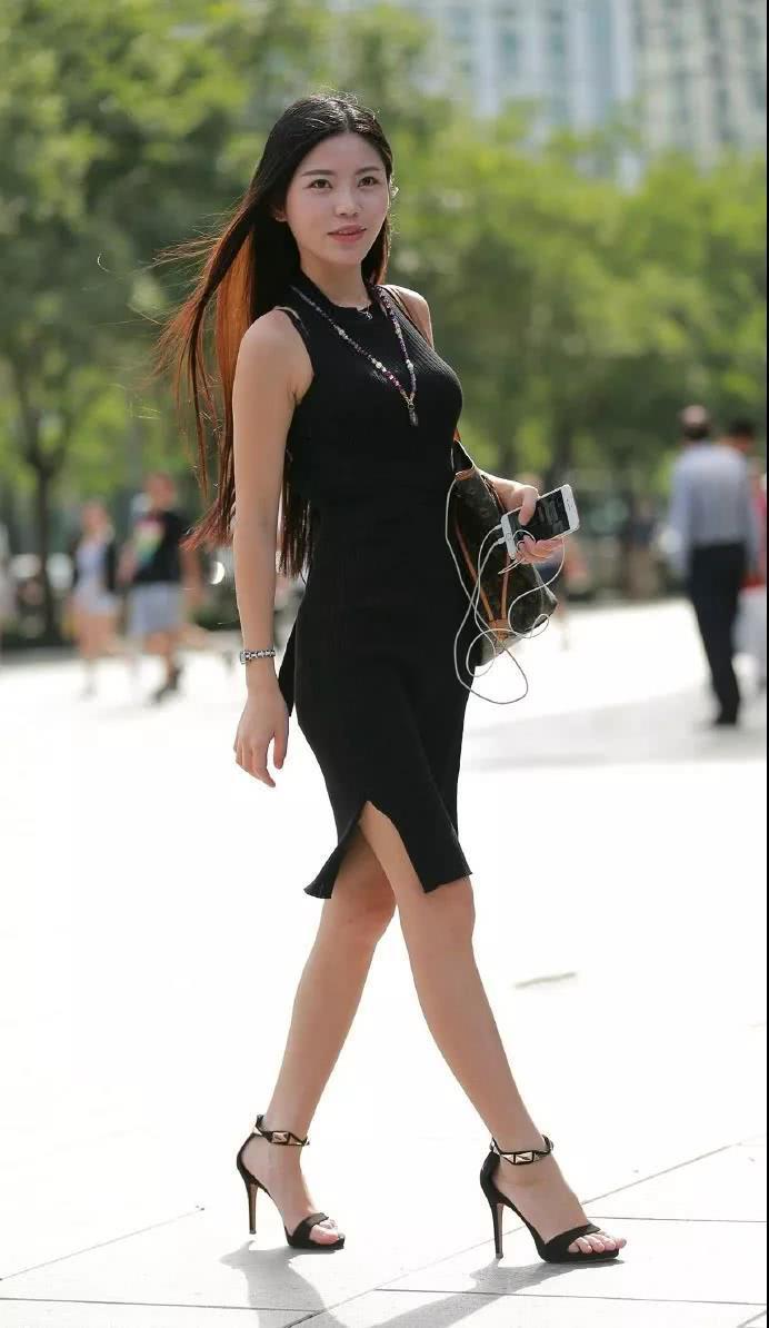 操大屁股熟女_轻熟女小姐姐黑色连衣裙裹出丰满臀部,丰腴的上围尽显