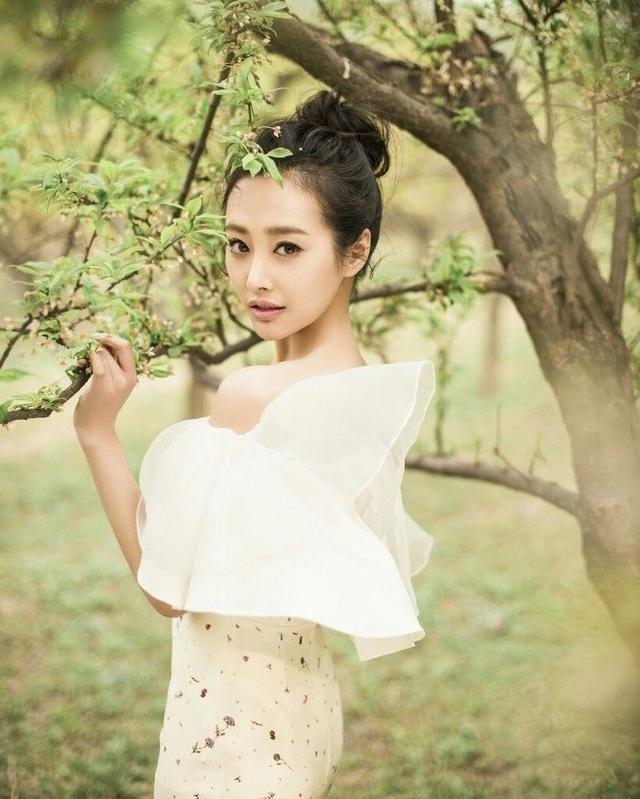 清纯可爱的她好像丛林中的一个精灵,尽显夏日清凉少女的本质,甜美的小