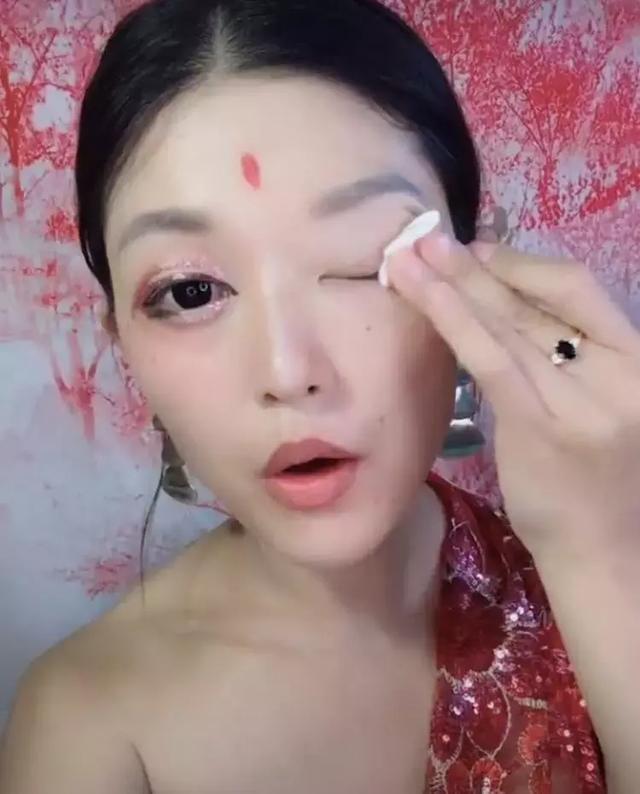 人妖性交直播_泰国人妖直播卸妆,就问你怕不怕,卸完妆神似大表姐刘雯?