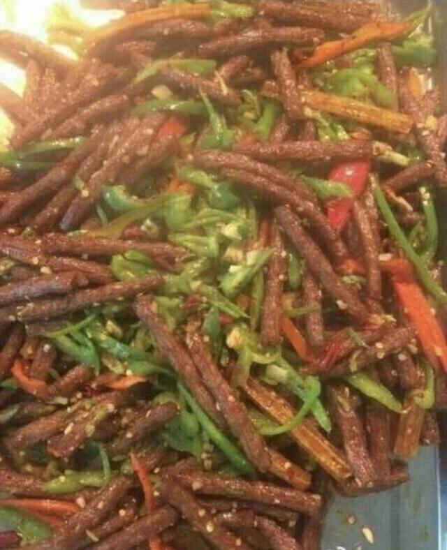 压轴出场的就是世纪神菜,青椒炒辣条,看了这盘菜,真的再也不想吃辣条