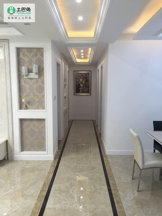 客厅和餐厅之间的过道,过道瓷砖有做波导线.