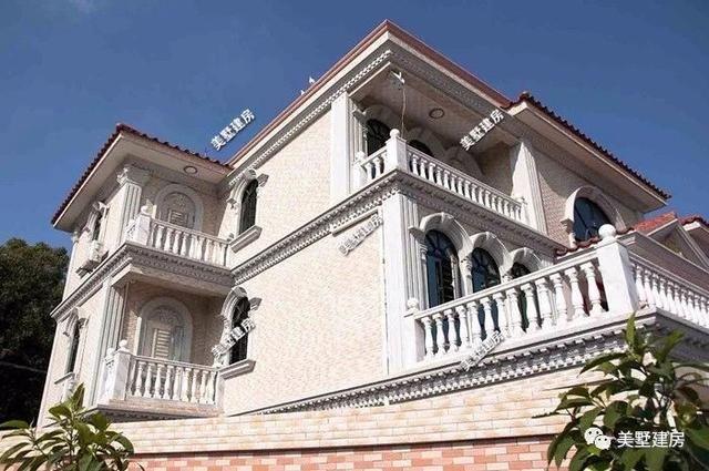 房屋的左右两边是对称的,外面包括罗马柱用的都是大理石!