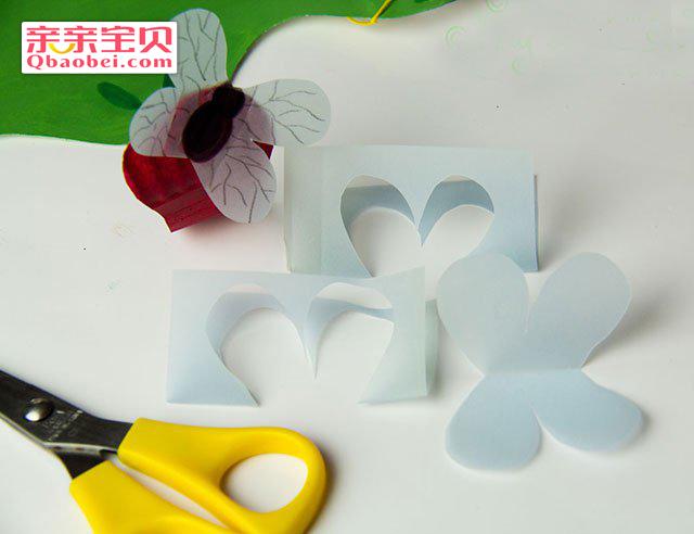 趣味青蛙面具手工制作:第一步 用比较透明的纸对折后剪出蝴蝶状,在