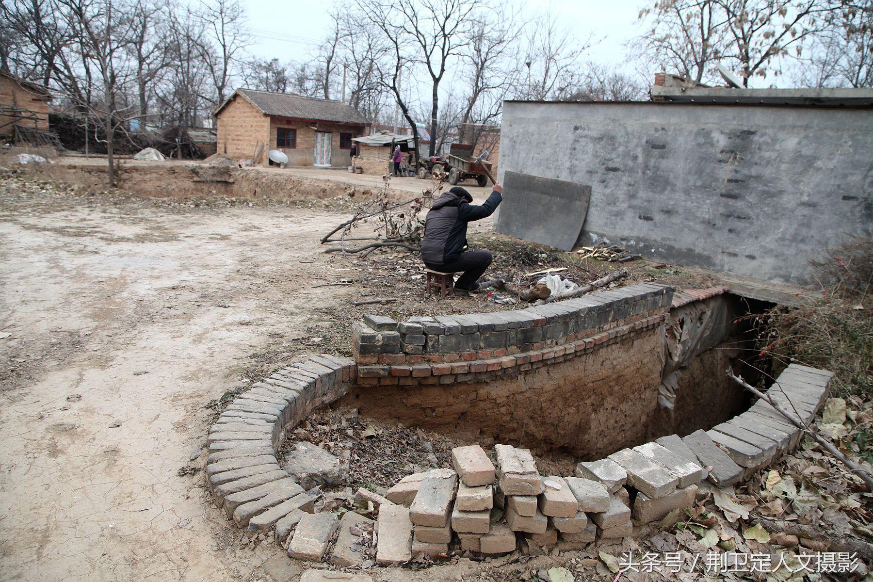 柴禾是农村冬季取暖不可缺少的材料,他说这个地坑也不住人了,他和老伴图片