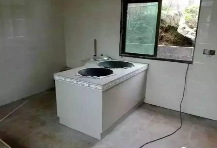 一层附属柴火房施工,现代化厨电配上土灶厨房,中西结合颇有别致感觉!图片