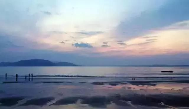 鹤浦镇即南田岛,黎明时分,风不大浪也不大,星轨忽隐忽现,在这处安静
