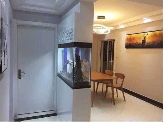 新房装修,为了自己喜好,老公竟在玄关摆个鱼缸来做隔断!