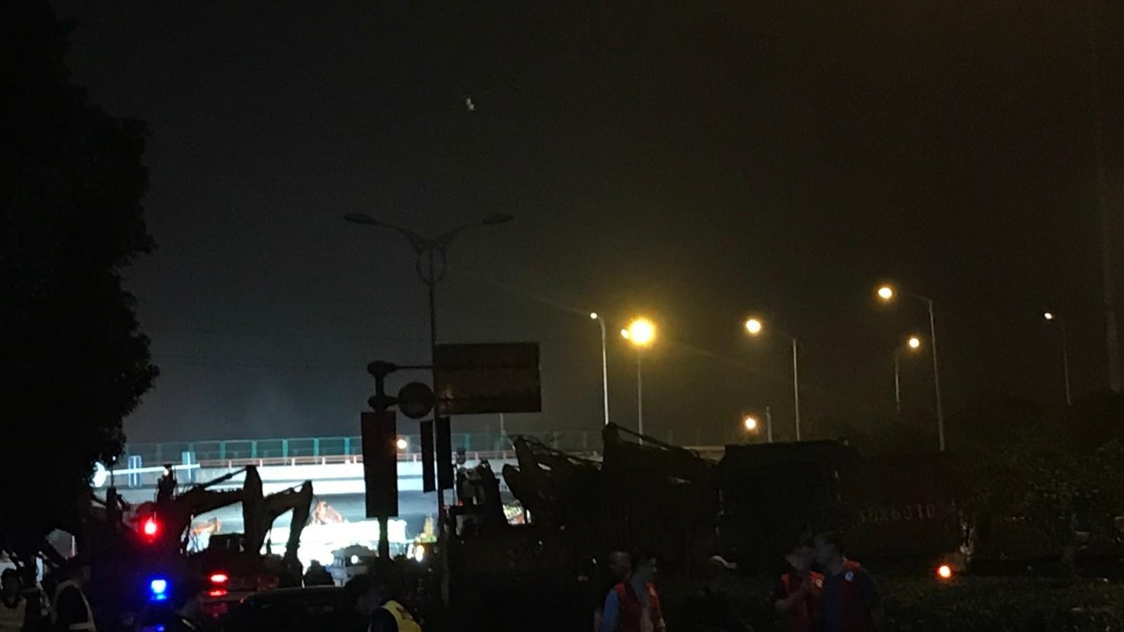 记者直击:江苏无锡312国道高架桥垮塌救援现场