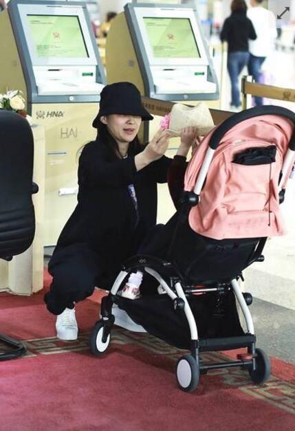 梅婷素颜现身机场 对两个孩子贴心照料