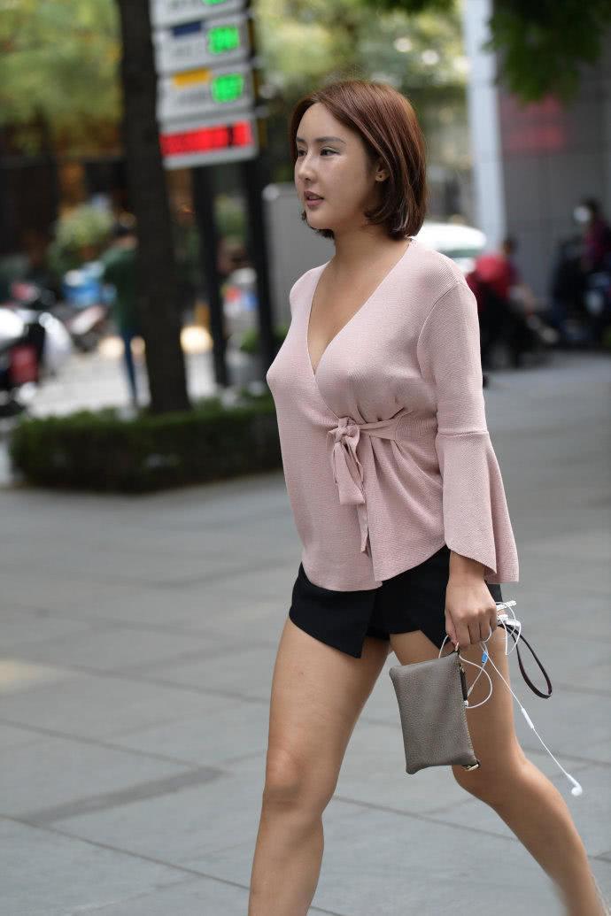 _街拍:大胆自信的美女,超短裤搭配深v上衣,满身都是诱惑!