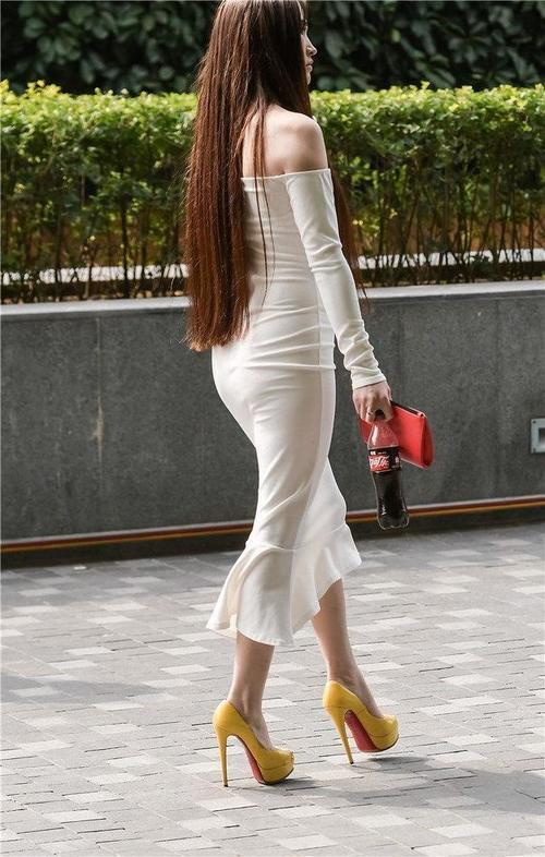 黄色裸体人体下体bb_黄色大高跟鱼嘴鞋的搭配更加突出了秀腿的长度,整个身体更协调,身材更