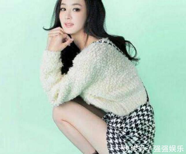 赵丽颖穿着清纯,小仙女的范,蹲下后白皙的大长腿格外的美,有没有,这