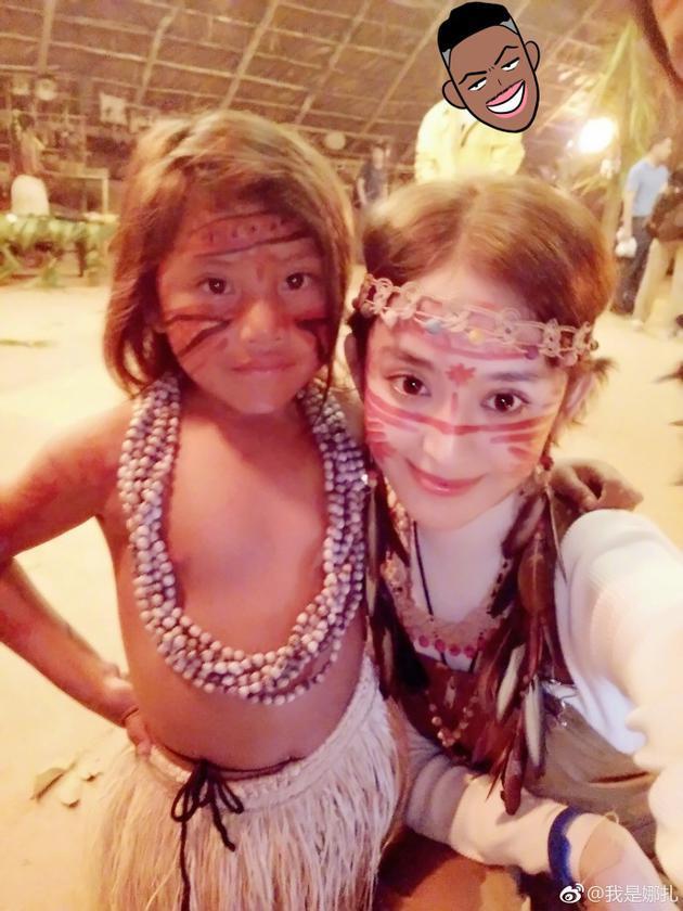 娜扎畅玩巴西与当地小孩合影 和小朋友嘟嘴对着镜头卖萌