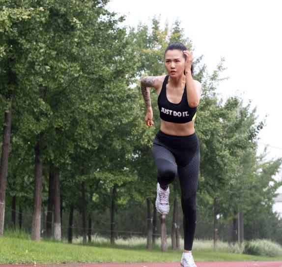一组谭维维户外健身照,第一眼就被她手臂上的东西吸引