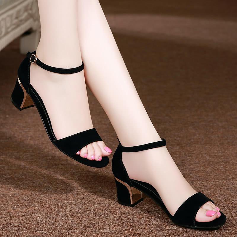 姨的丝脚小�_35岁的小姨真会穿,今年新款凉鞋显高有女人味,快来一饱眼福吧
