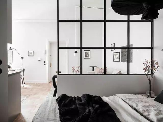 结合了北欧设计分隔,采用的是办腰墙加玻璃隔断,卧室和客厅做简单区分图片