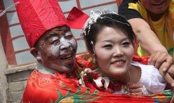 媳妇央求公公_实拍:农村娶媳妇的风俗,新娘和公公成焦点,新郎尴尬却