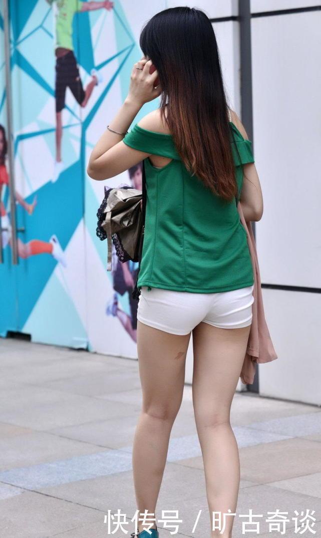 街拍热裤美臀美女长发及腰,牛仔热裤个性十足,做了一回万众瞩目的女神图片