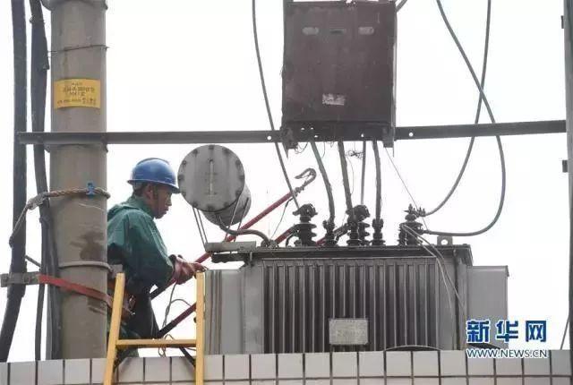 电力工人,抓紧抢修电路恢复供电.