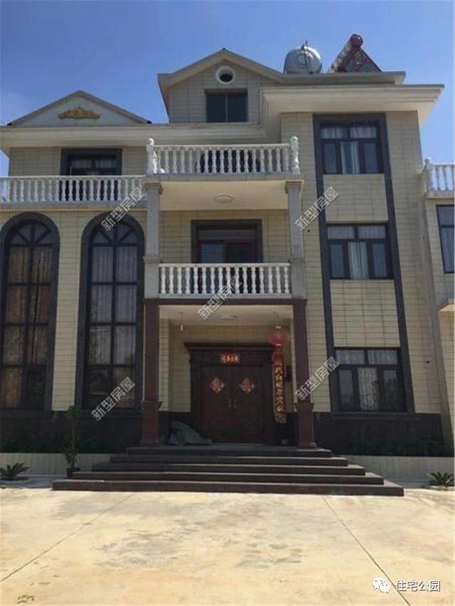 造型豐富的別墅外觀與多層的坡屋頂打造浪漫的歐式風情,精致簡約的