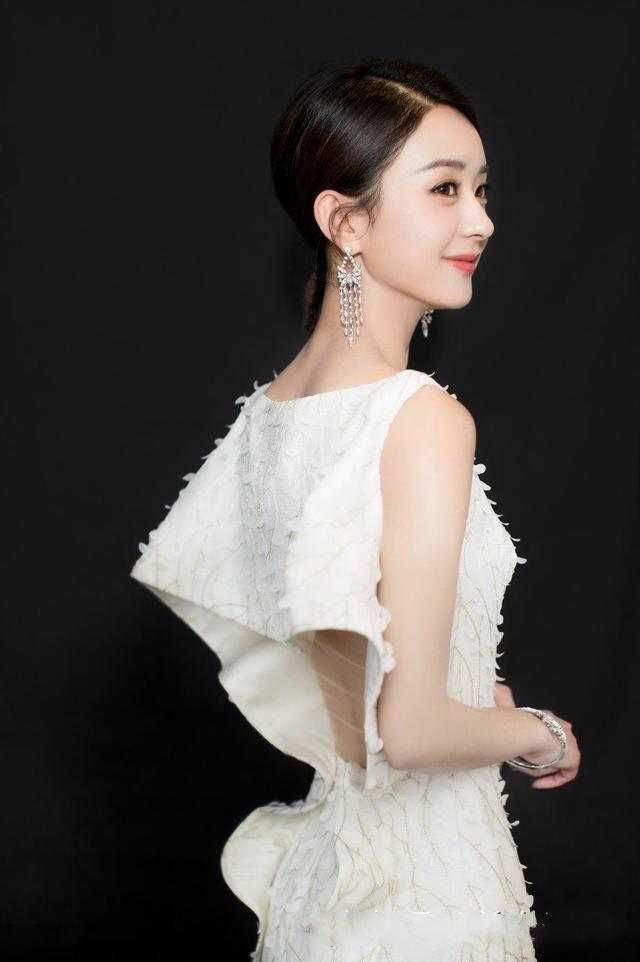赵丽颖粉嫩连衣裙,让自己十分可爱,同时长款裙子,更加具有高贵感觉