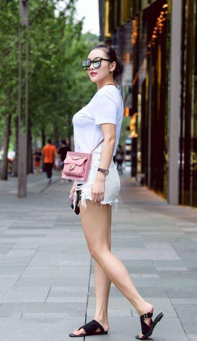 亚洲丰满少妇论坛_街拍:40岁少妇身材丰满搭配短裤很性感,成熟又有女人