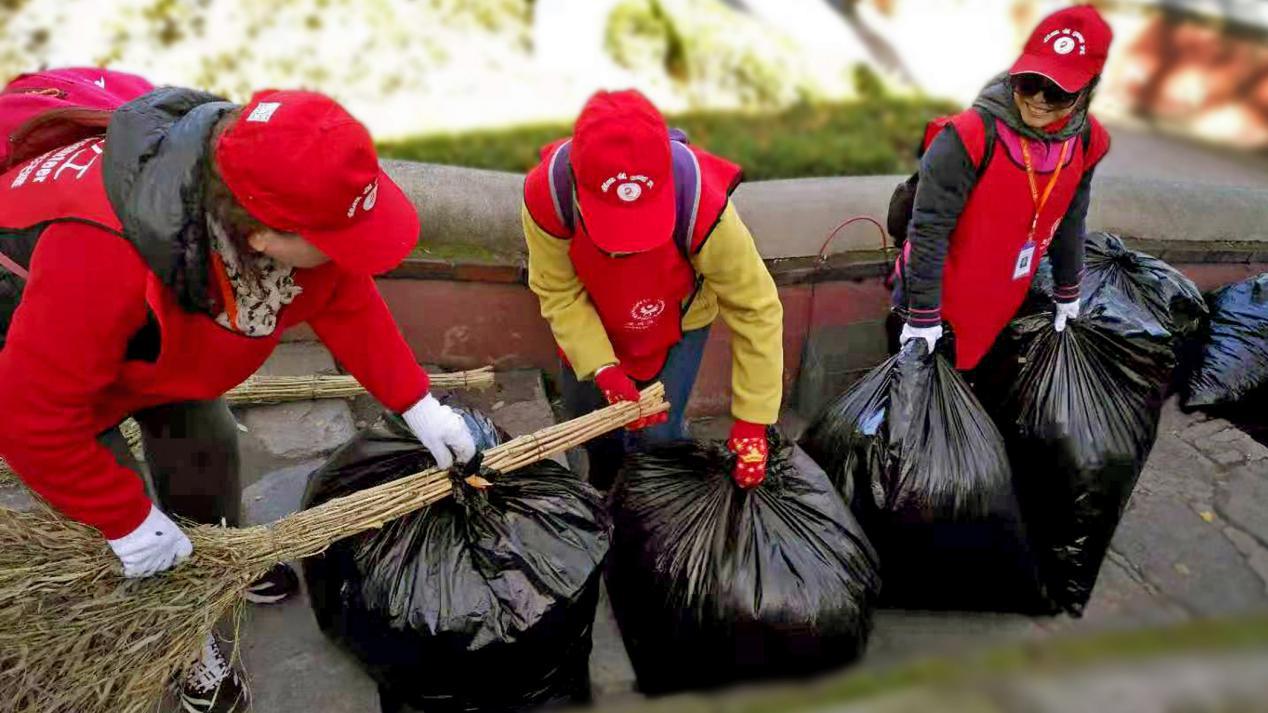 外国游客频点赞!这群00后8小时扫1吨落叶 流利英文讲述千年银杏