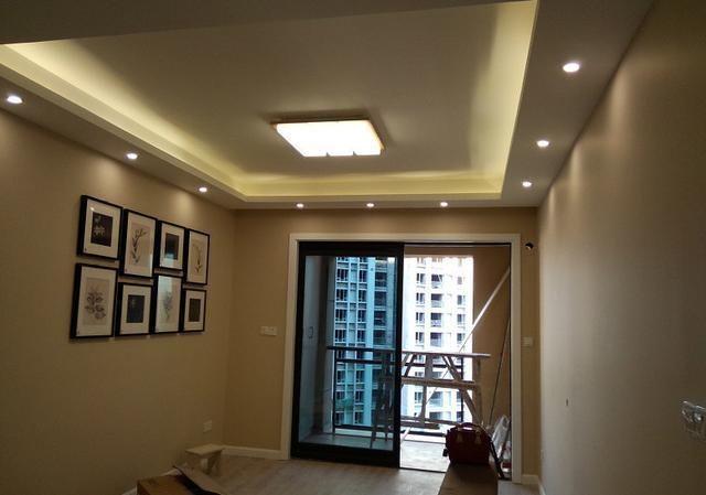 客厅简单的做了边吊,灯带和筒灯也没放弃,这样晚上更亮堂一些.