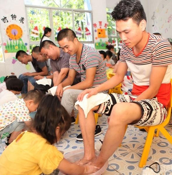 幼儿园迎接父亲节 儿童给父亲洗脚表达感恩