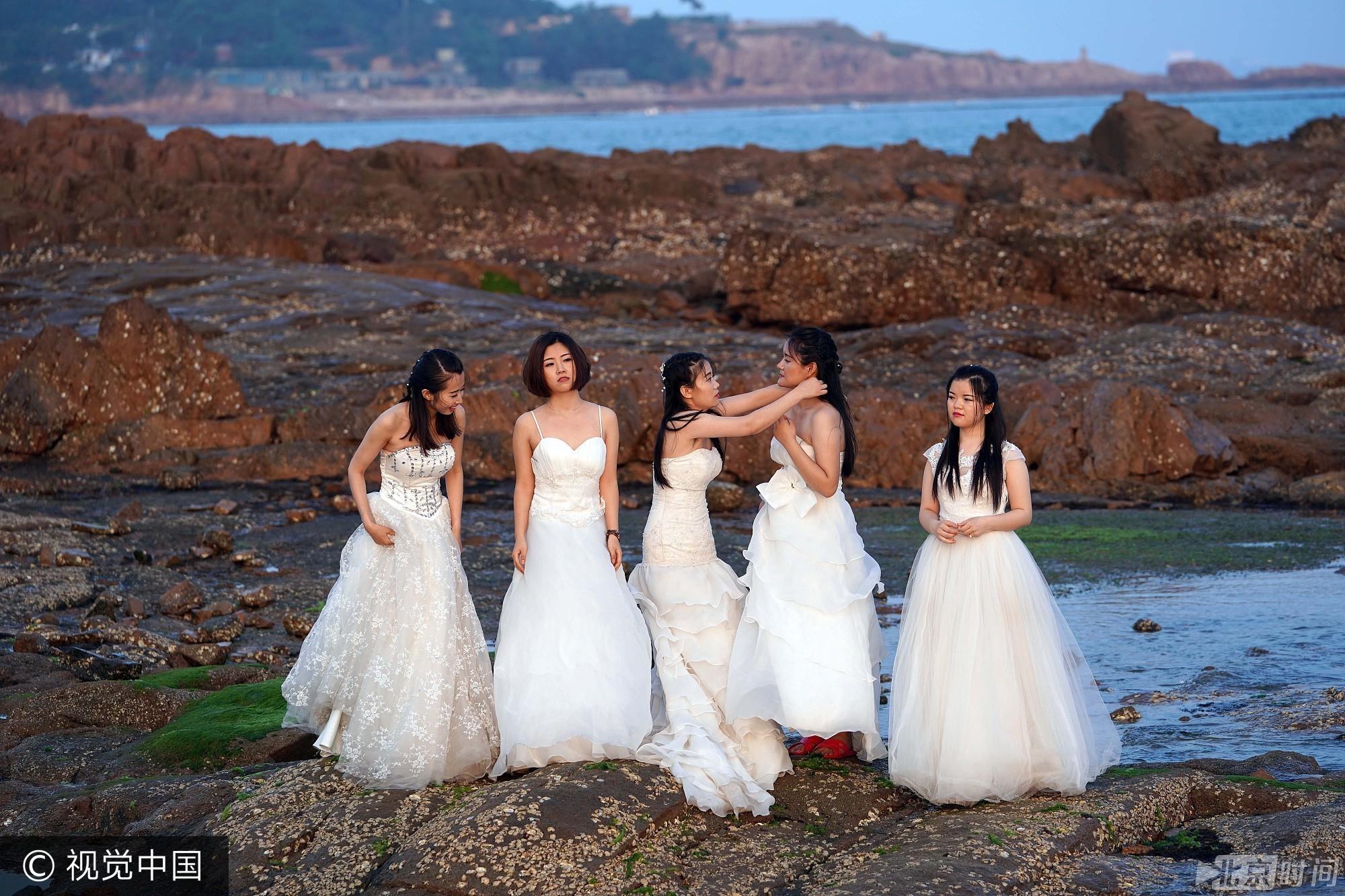 青岛女大学生身着婚纱拍摄毕业纪念照