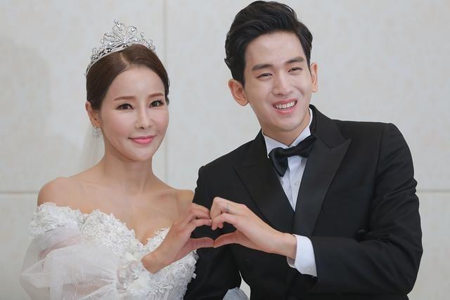 图片恋!韩国43岁表情米娜嫁26岁小表情a图片热歌手自带大男友包母子包qq图片