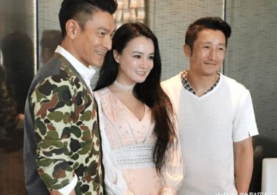 邹市明的妻子在微博中收回一组与刘德华聚餐的照片,照片中三人看上去