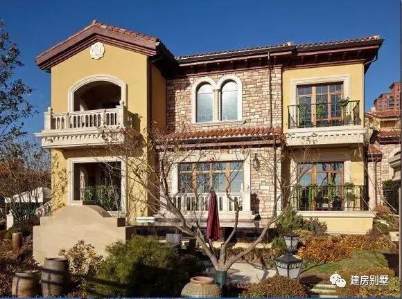 一组唯美田园风格的别墅,这房子不仅豪华,而且很旺财