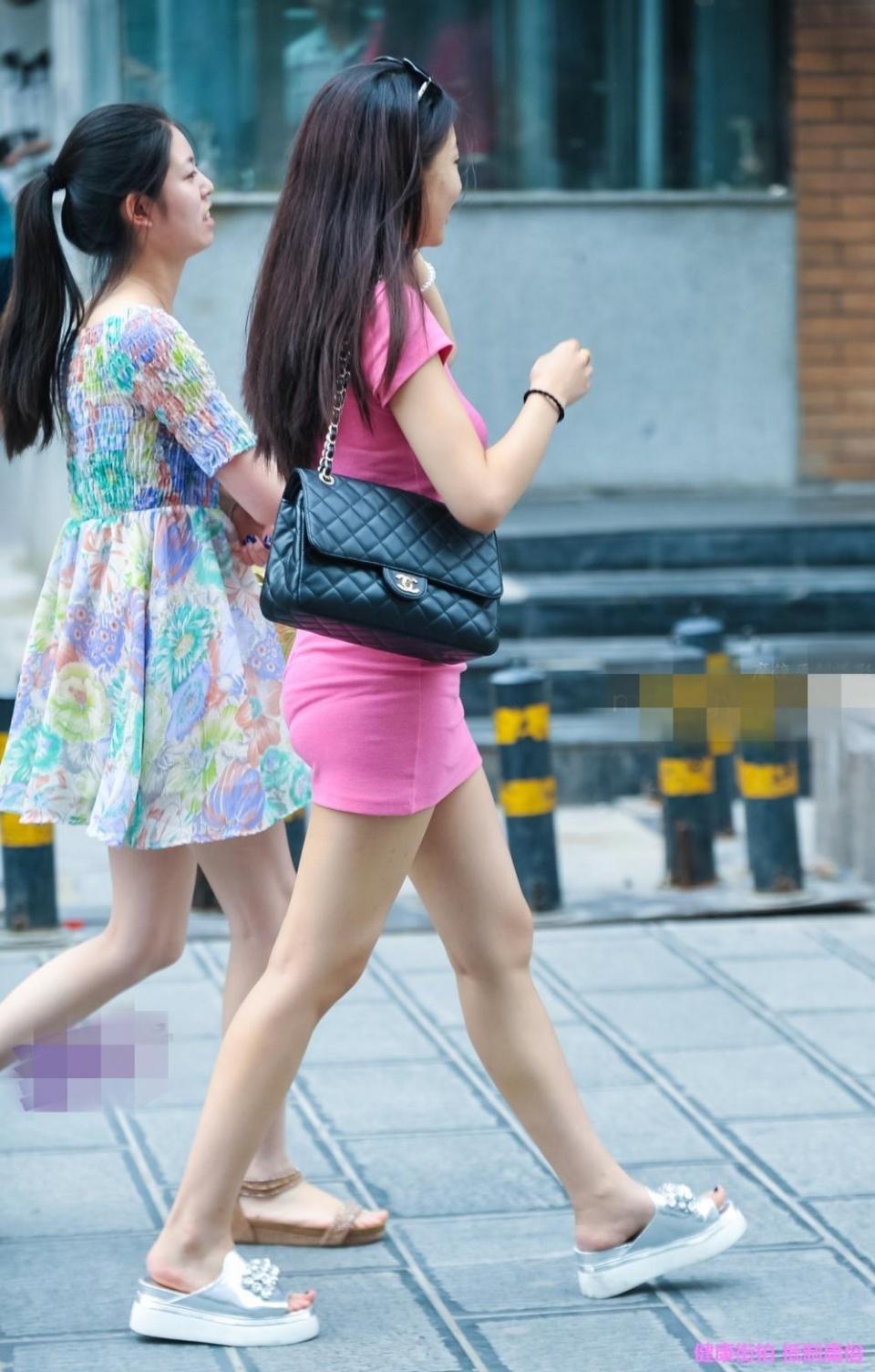 操十岁少女_街拍,:穿上紧身包臀裙就算是三十岁辣妈也能美出少女感!