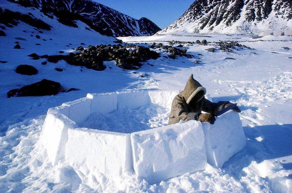 在寒冷的北极圈,爱斯基摩人在冬天来临之前,都要建造冰屋.图片