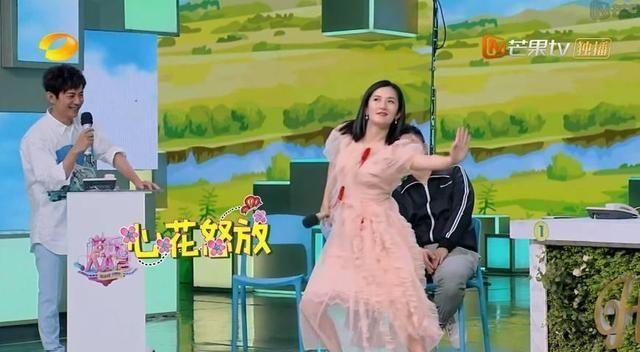 谢娜尬舞逗笑嘉宾,何炅却一点儿也起来不聊天的手机开心表情包图片下载到大全qq图片
