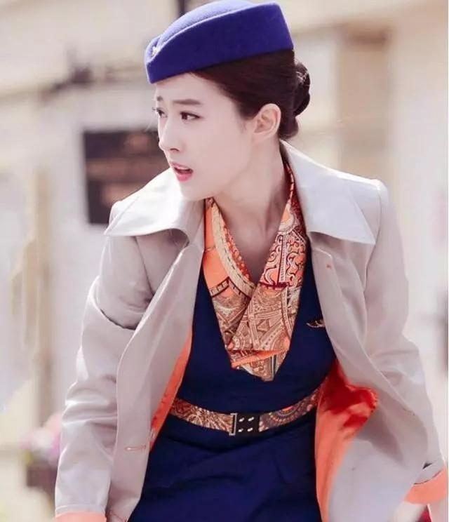 刘亦菲不仅空姐造型很好看,婚纱找也是超级无敌美的,一份淡雅,一份