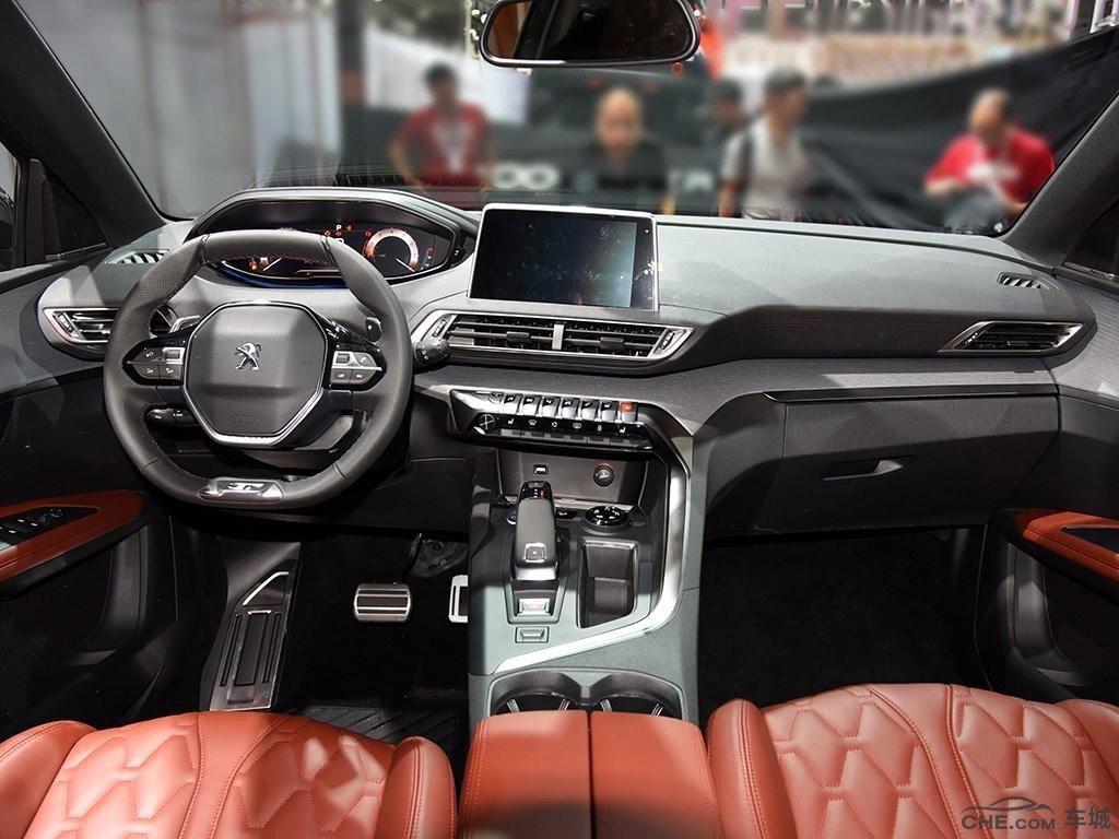 方向盘多功能按键集成了音响系统的操作和定速巡航功能.