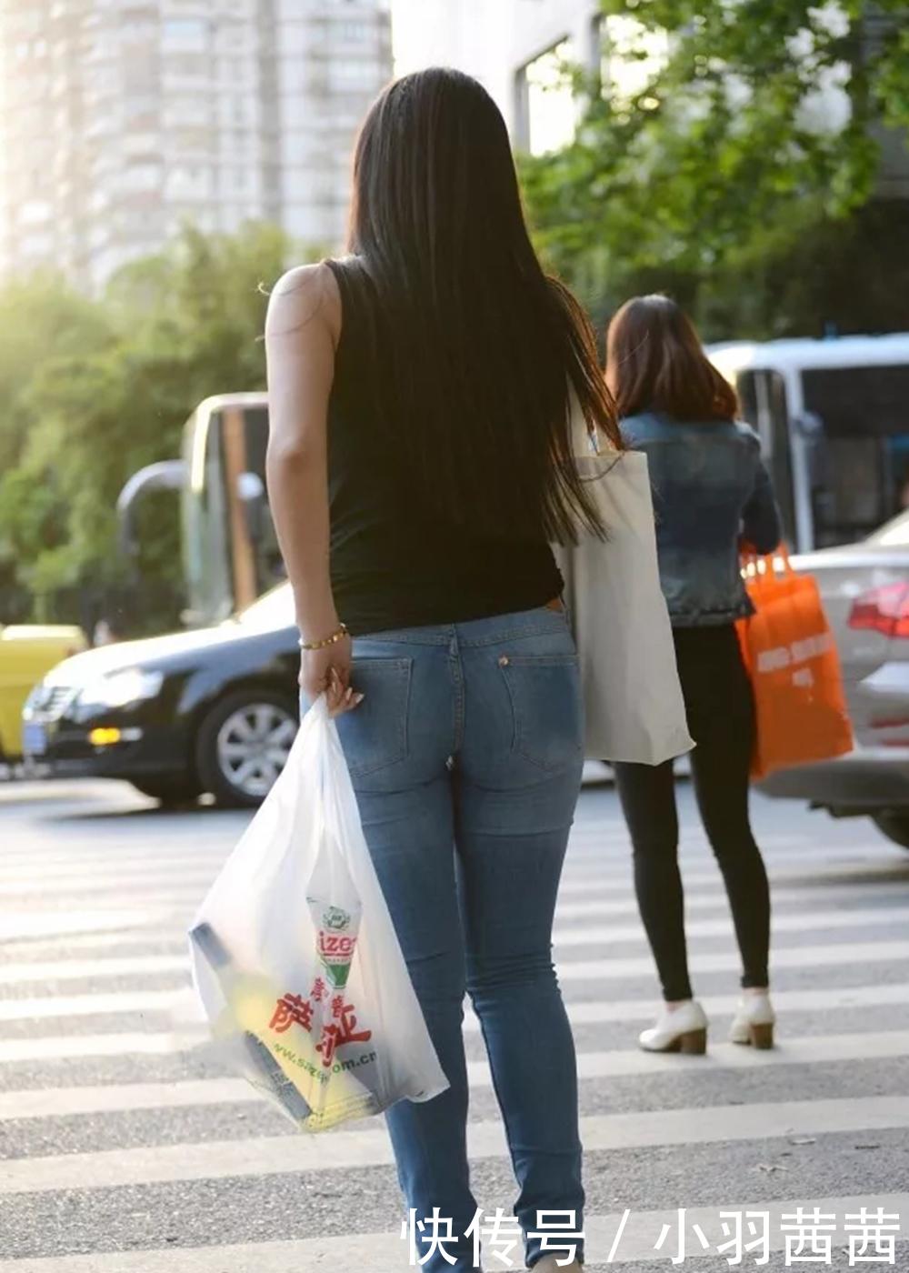 欧美大屁股牛仔裤街拍视频_小羽街拍:丰臀紧身牛仔裤外国美女,宽腚好身材!