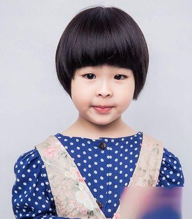 小女孩西瓜头短直发发型