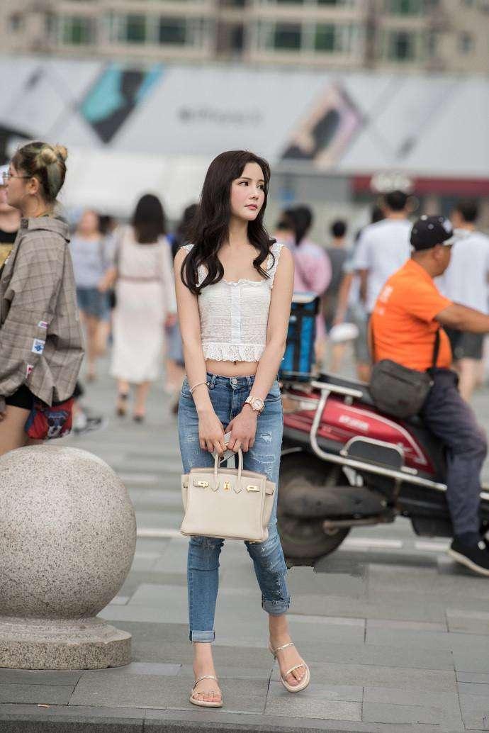 成都街拍, 风景虽好人更美, 美女穿搭休闲窈窕身材更引人注目欣赏