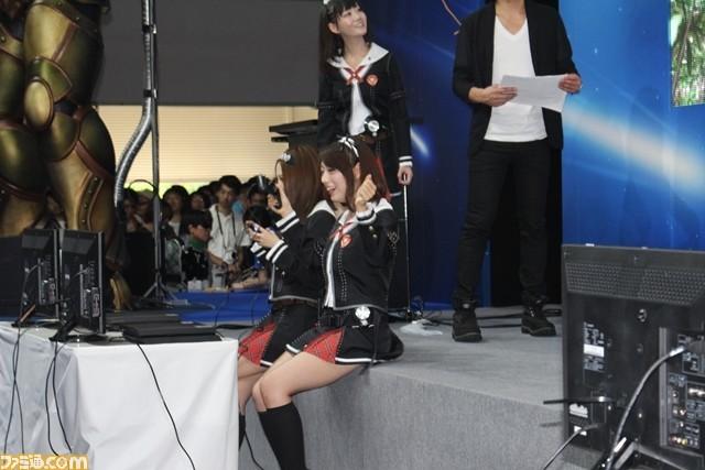 日本电竞展惊现美女互扒动态衣服香艳无比场面美女流口水图片