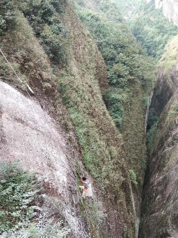 桂林资源县八角寨景区悬崖清道夫惊险工作让人惊叹